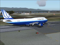 Screenshot of United Airlines Boeing 747-422 on runway.